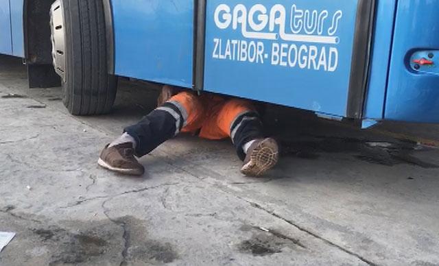 Tur otobüsünün altındaki boşluğa saklanan kişi yurt dışına kaçmak istedi