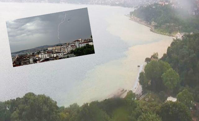 İstanbul'da çatıya yıldırım düştü, boğaza çamur aktı, araçlar mahsur kaldı