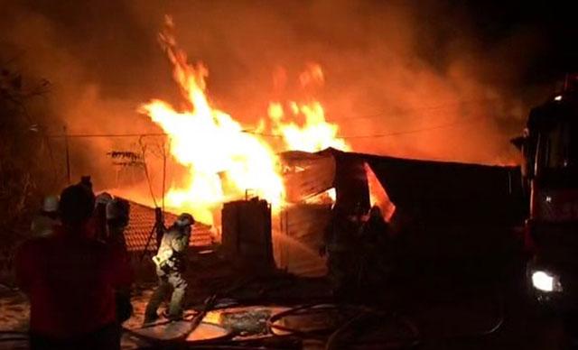 Küçükçekmece'de palet fabrikası alev alev yandı