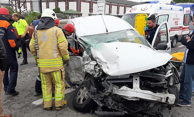Çatalca'da çekiciyle araç çarpıştı: 1'i ağır 2 yaralı