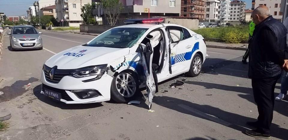 İstanbul'da halk otobüsü polis aracına çarptı