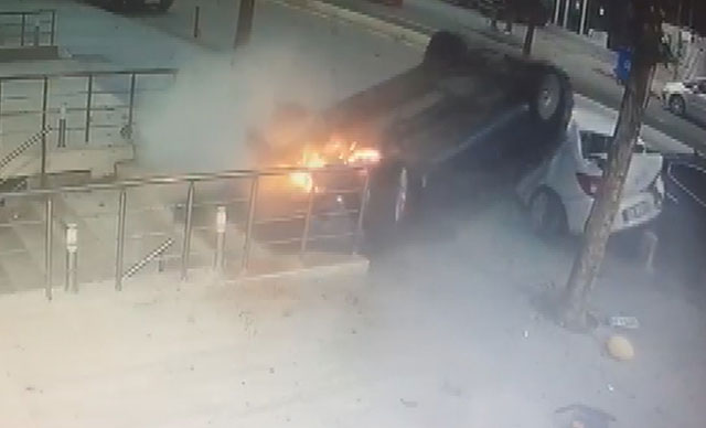 Takla atan araç kaldırıma düştü, yayalar son anda kurtuldu