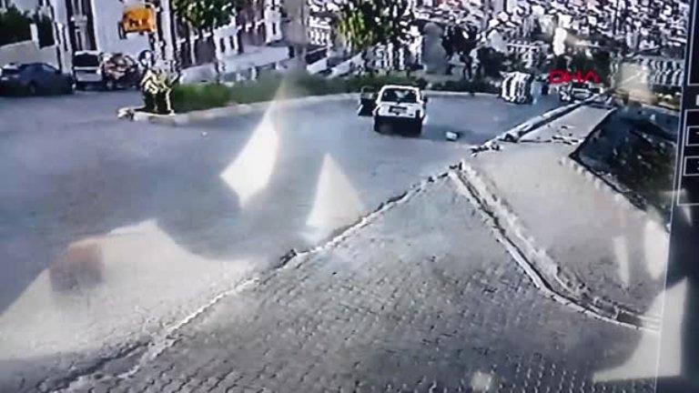 Esenyurt'ta polis aracı elektrik direğine girdi