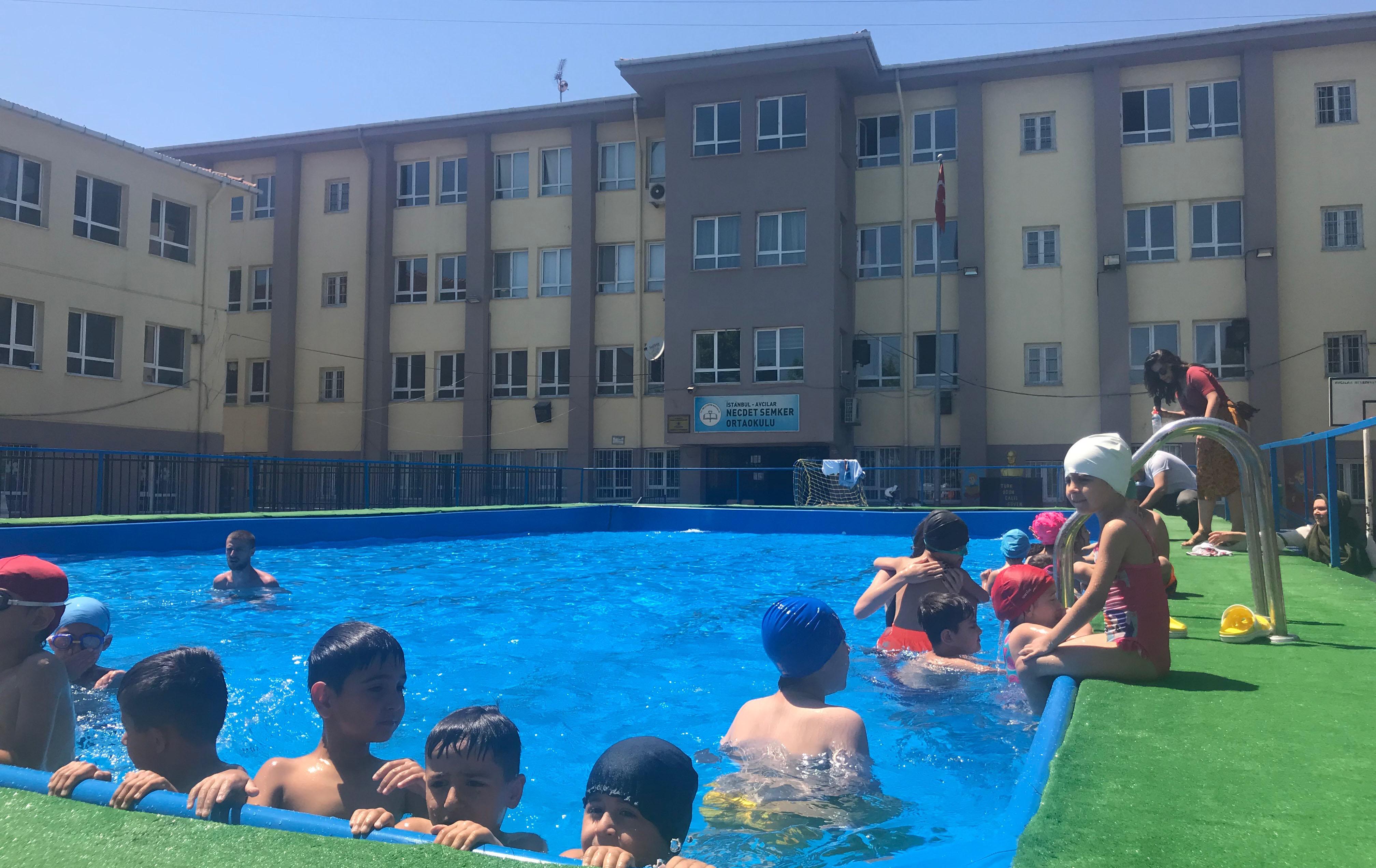 Avcılar'da bir ilk: Okul bahçesinde havuz keyfi