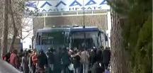 Türkiye'nin Suriyeli mültecileri engellememe kararının ardından Yunanistan sınıra asker yığıyor