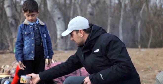 Oyuncu Ulaş Tuna Astepe, Sınırda Bekleyen Göçmenlere Yardım Dağıttı