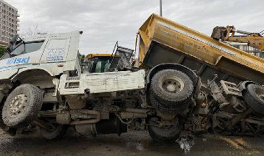 Beylikdüzü'nde yol çöktü hafriyat kamyonu devrildi