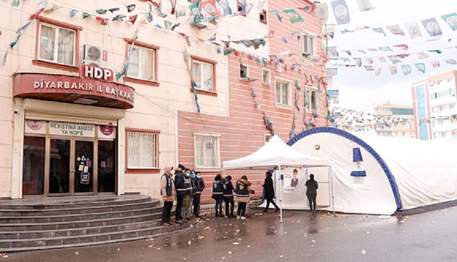Diyarbakır'da HDP binası boşaltıldı; evlat nöbetindeki aileler tepki gösterdi