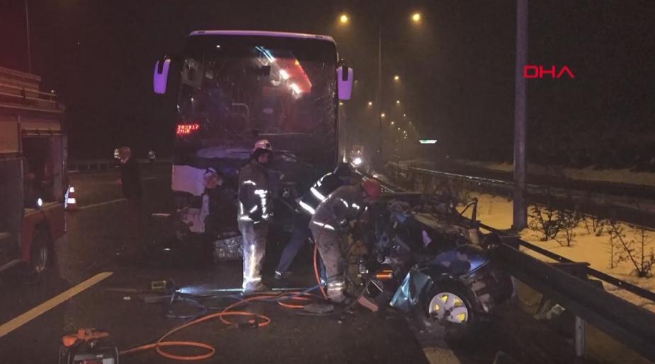 Otoyolda ters yönde hız yapan otomobil, yolcu otobüsüyle çarpıştı: 2 ölü, 10 yaralı -VİDEO HABER-